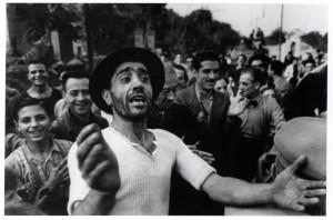 02-benvenuto-alle-truppe-americane-a-monreale-23-luglio-1943-robert-capa-international-center-of-photography-magnum-collezione-del-museo-nazionale-ungherese