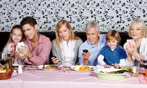 Cellulare-a-tavola www.resapubblica.it