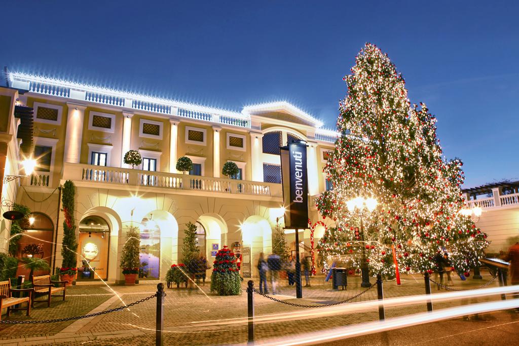 ... piena atmosfera natalizia con un Coro Gospel che con la sua  straordinaria voce e i canti natalizi riempirà le strade della Reggia  Designer Outlet dove i ... 7bf83222d5c