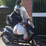 23 Io su scooter con sacchi